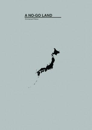 """N° d'édition : TOPO007  Chemise cartonnée imprimée format A4, ruban élastique noir, livret 27 pages; Première édition de 15 exemplaires numérotés. Echappée photographique : Iwaki, Préfecture de Fukushima, 13 et 14 février 2013. """"Fuir"""", Résidence d'écriture mobile : Tokyo, Iwaki, Sendai, Nagoya, Numazu, Kyoto, Kobe, Osaka, 11 au 23 février 2013.  Le 11 mars 2011 a lieu le séisme le plus important jamais enregistré au Japon. Cinquante minutes plus tard, un tsunami sans précédent provoqué par ce tremblement de terre percute la côté Est du pays. L'effet sur la centrale de Fukushima Daiichi et ses abords est désastreux. Ce territoire devient un """"No-go land"""", une terre interdite. Ce document composé de photographies et de textes tente de décrire ce qui reste."""